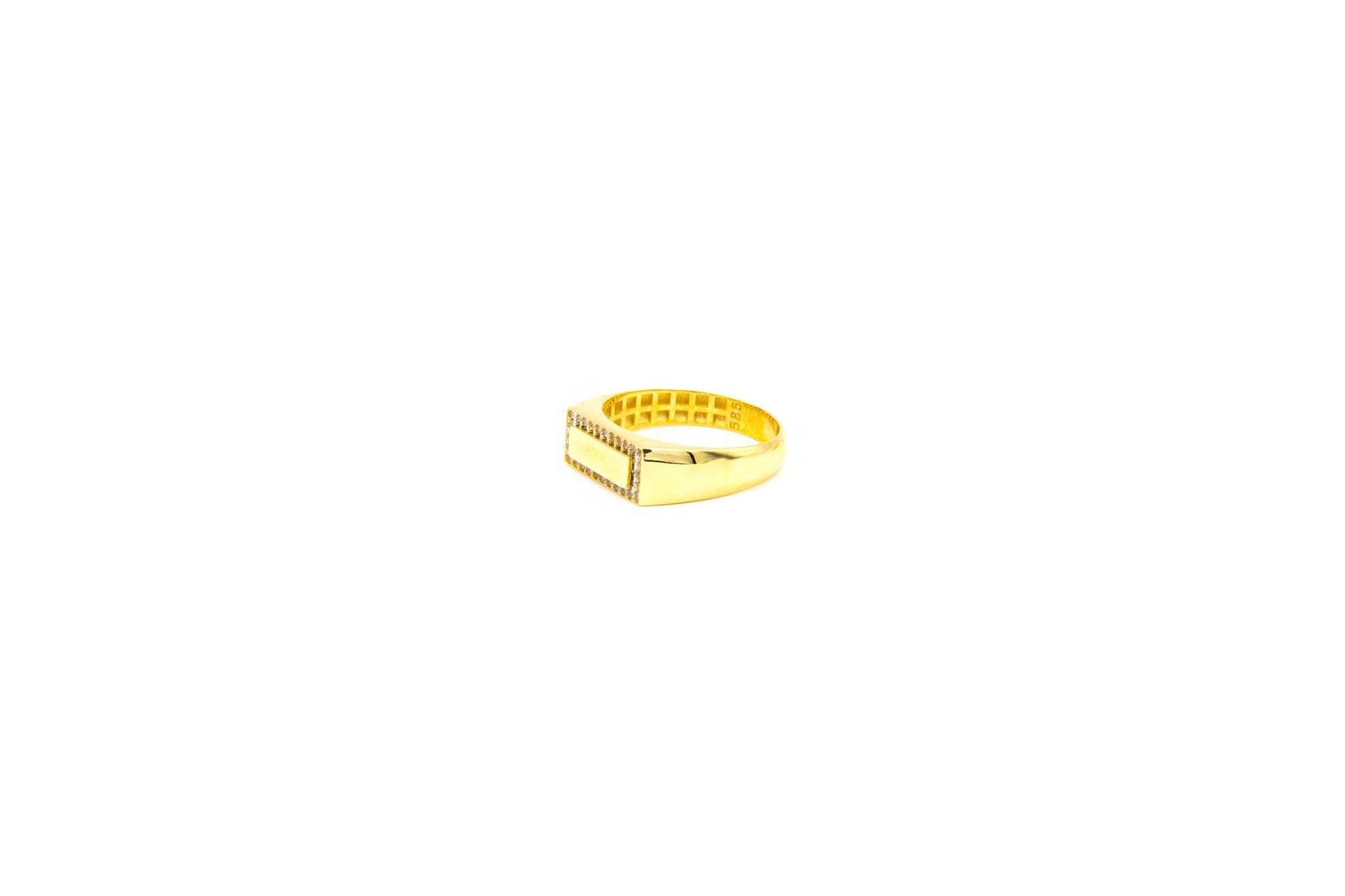 Ring met smalle zegel omlijst met zironia's-2