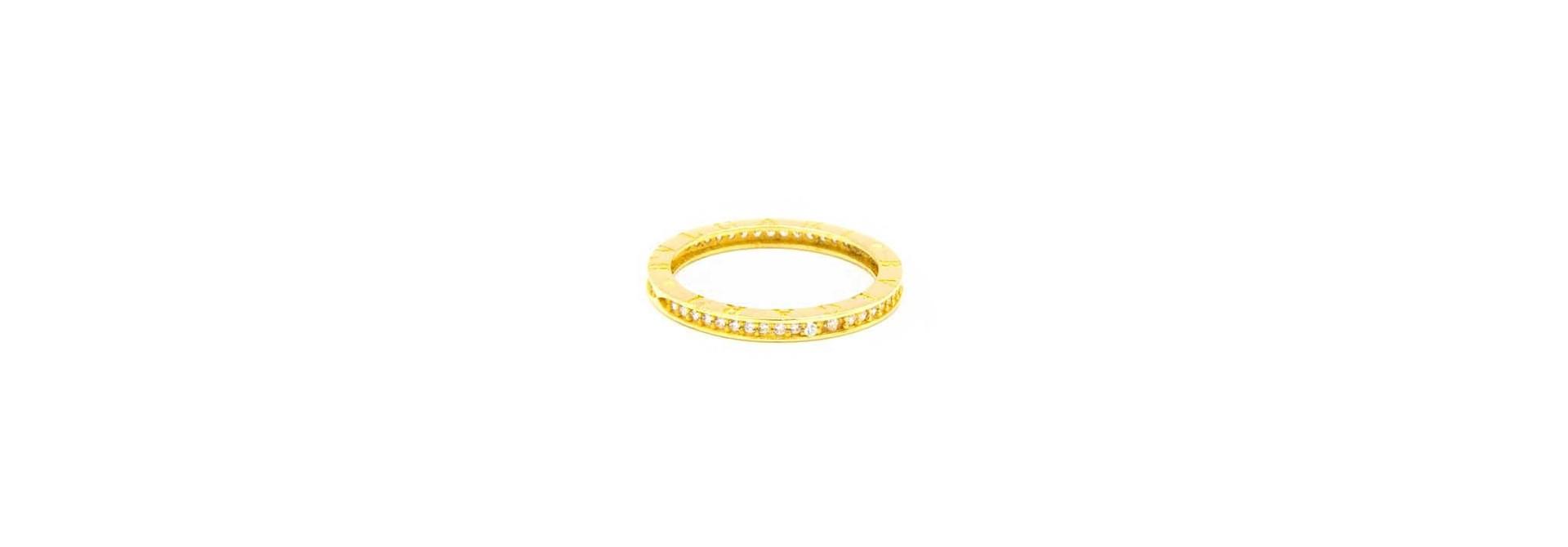 Ring met aan zijkanten tekst en zirkonia's