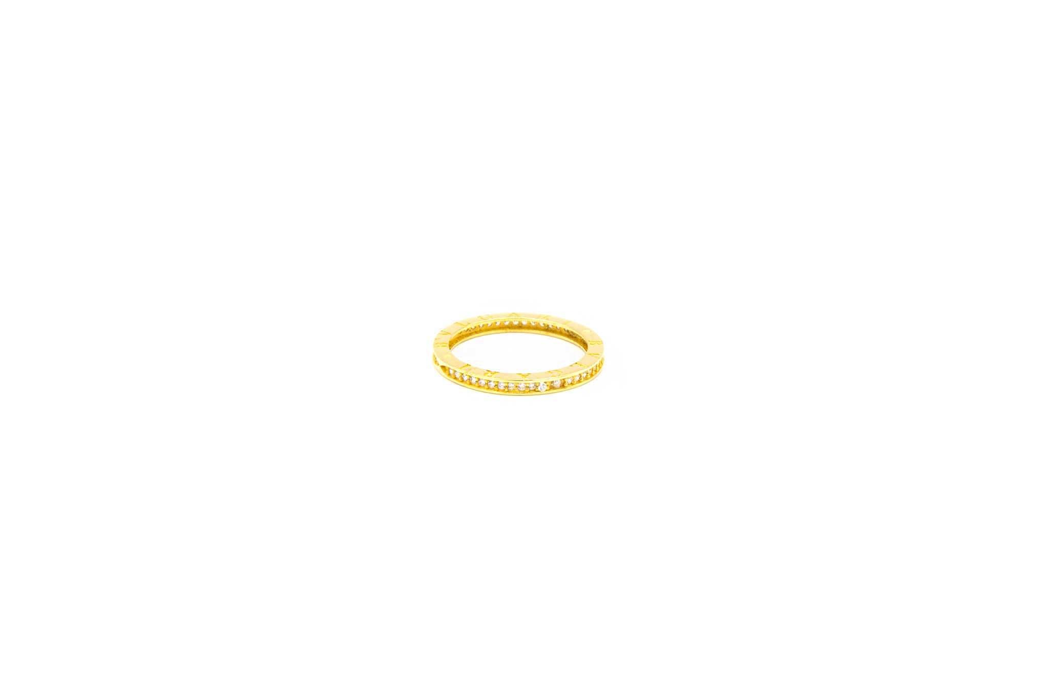 Ring met aan zijkanten tekst en zirkonia's-1
