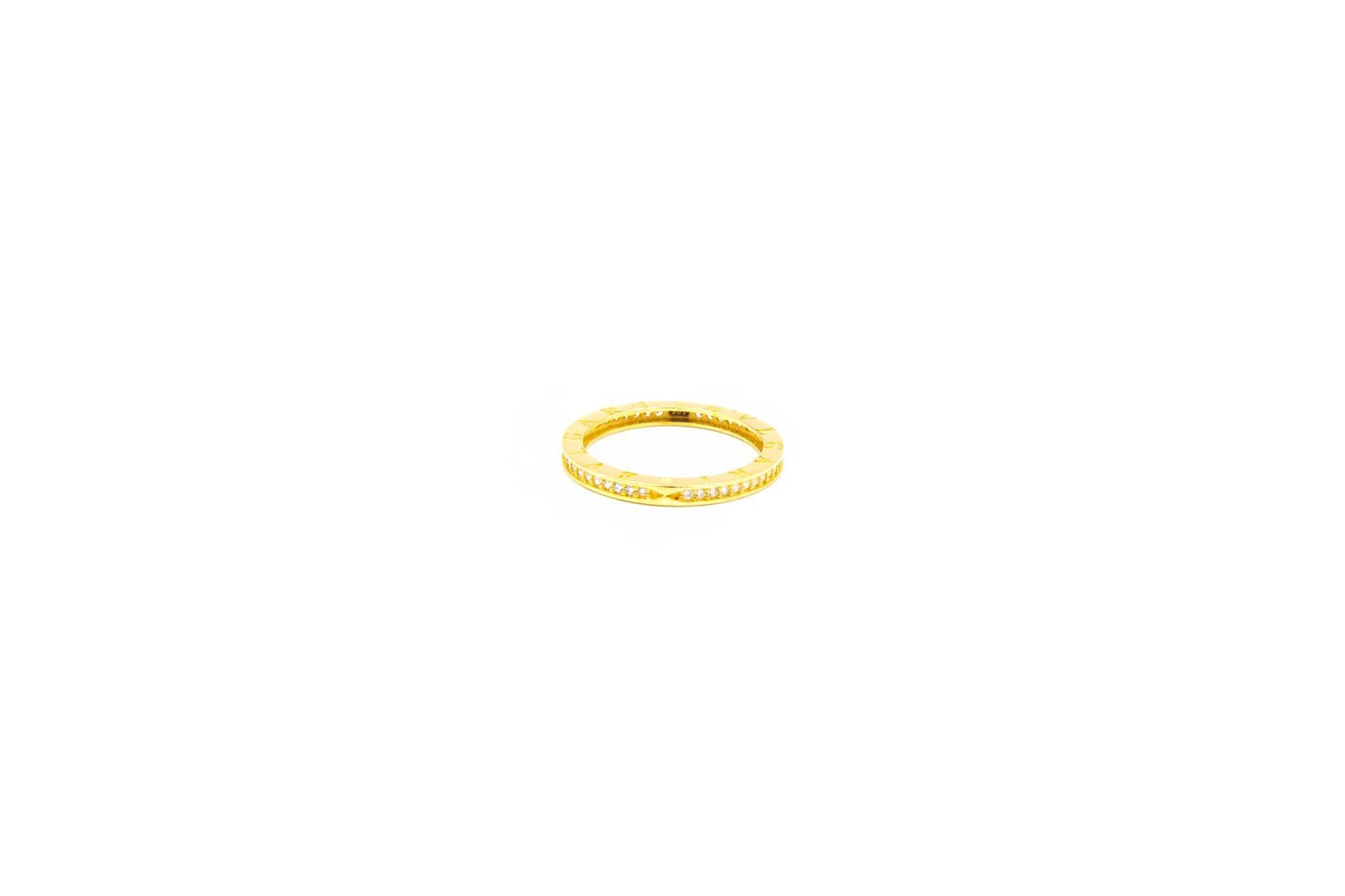 Ring met aan zijkanten tekst en zirkonia's-2