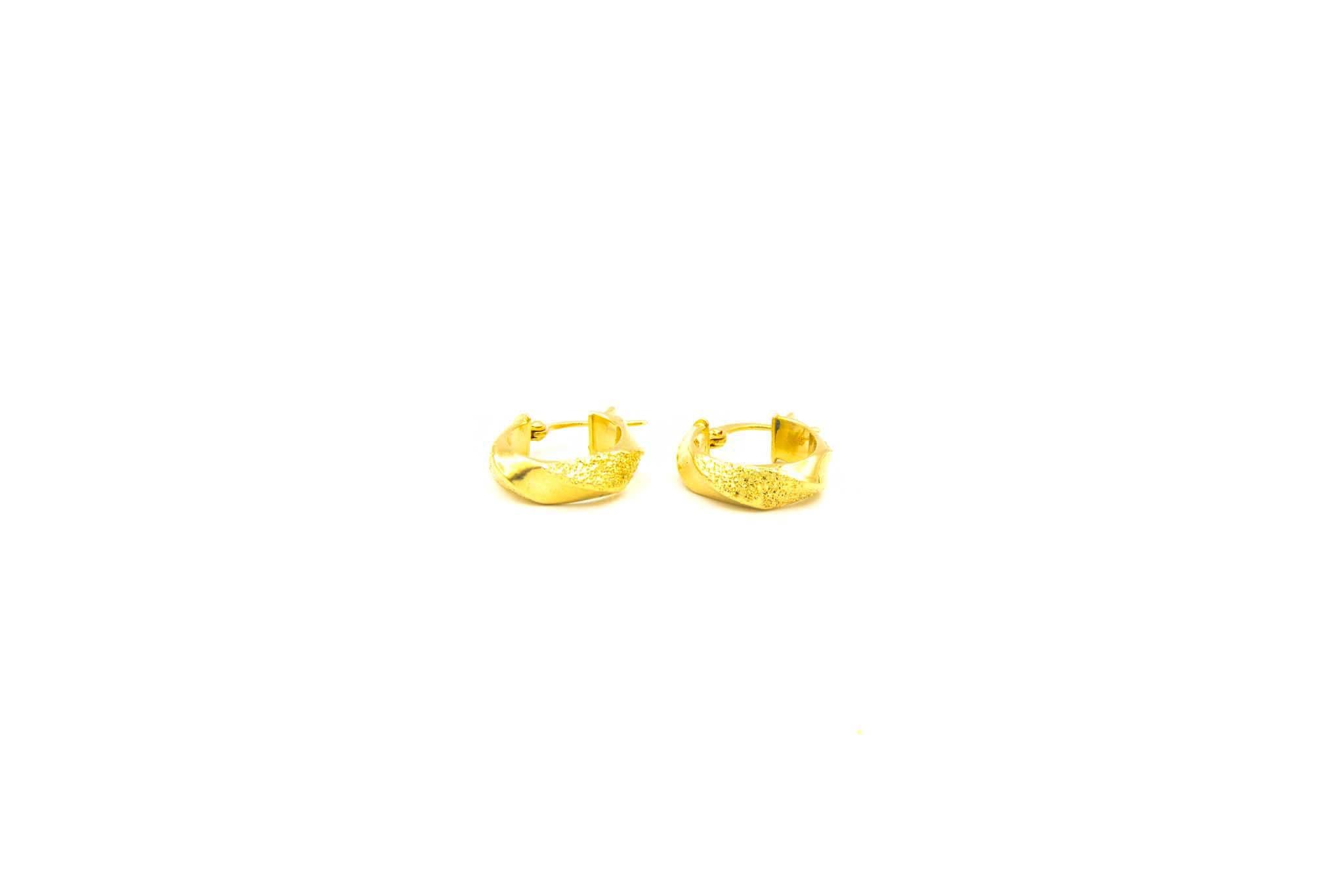 Oorbellen gedraaide creolen gedeeltelijk gediamanteerd-1