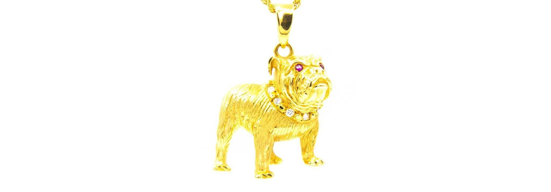 Hanger bulldog met diamanten halsband en robijnen ogen