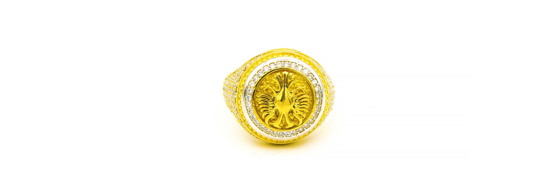 Ring grote ronde zegel met wapen Albanie ingelegd met zirkonia's bicolor