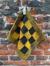 Knit Factory Pannenlap Block 'Zwart/Oker'