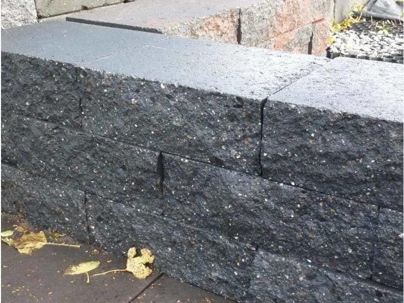 Mauerstein Schwarz gebrochen