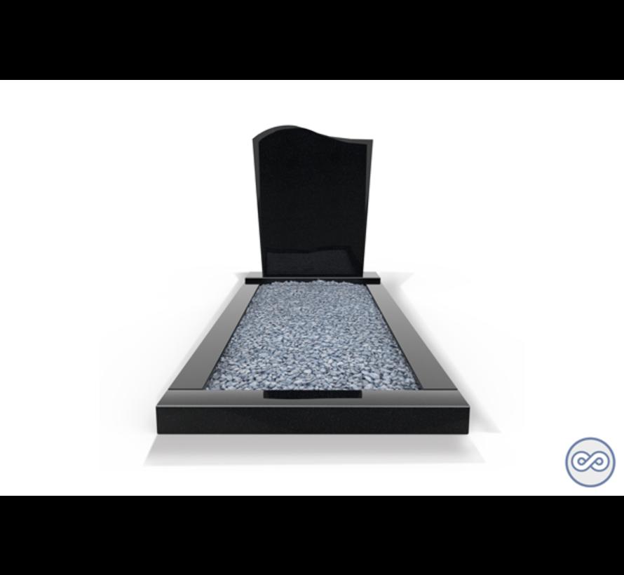 Staande grafsteen model 'Golf' met omranding en licht grind in de kleur Zwart Graniet