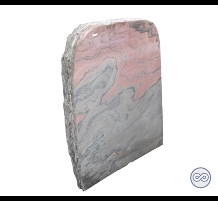 Staande ruwe grafsteen van roze steen