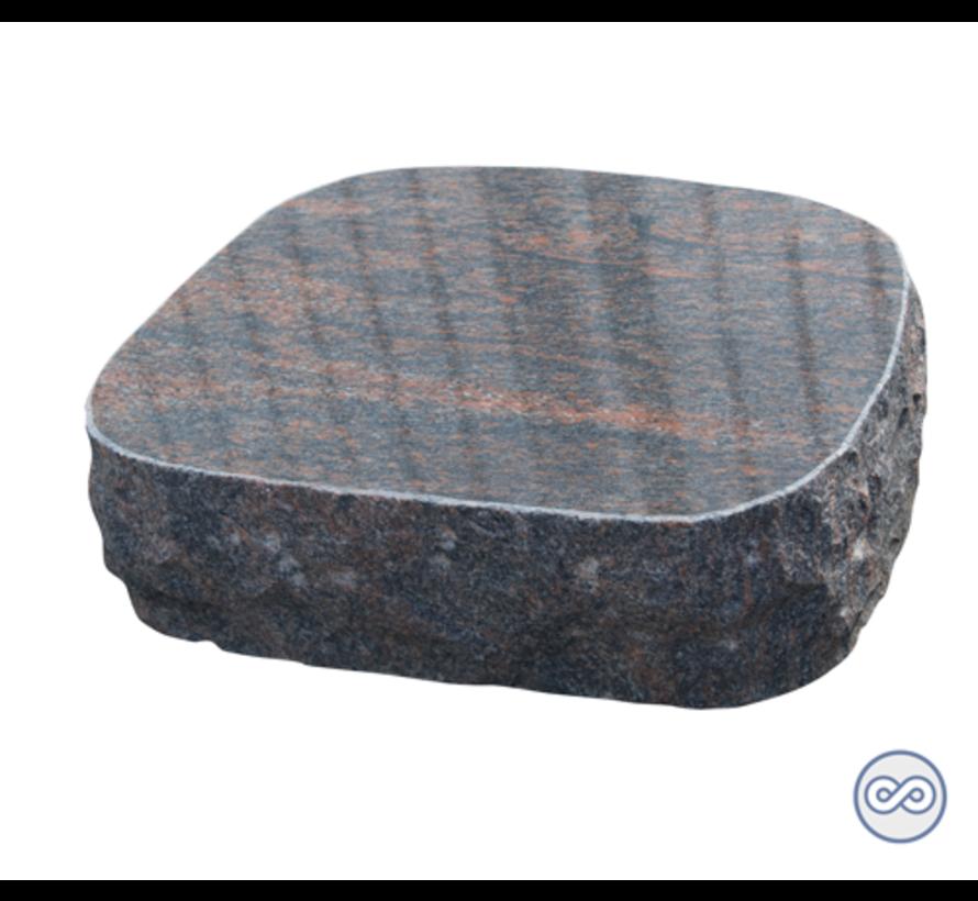 Ruwe liggende grafsteen in rood graniet