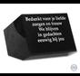 Zwarte gedenksteen met een liefdevolle tekst
