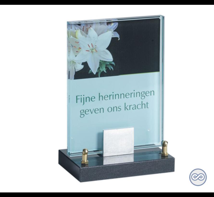 Glazen monument met bloem en tekst