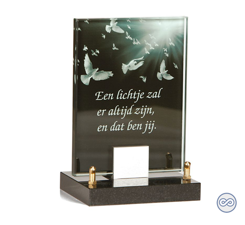 Prachtig glasmonument met duiven