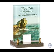 Glasmonument met afbeelding van een zee
