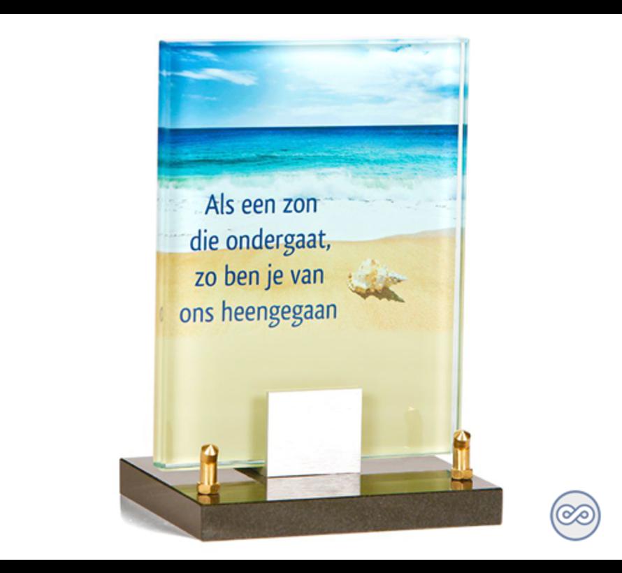 Glasmonument met afbeelding van een strand