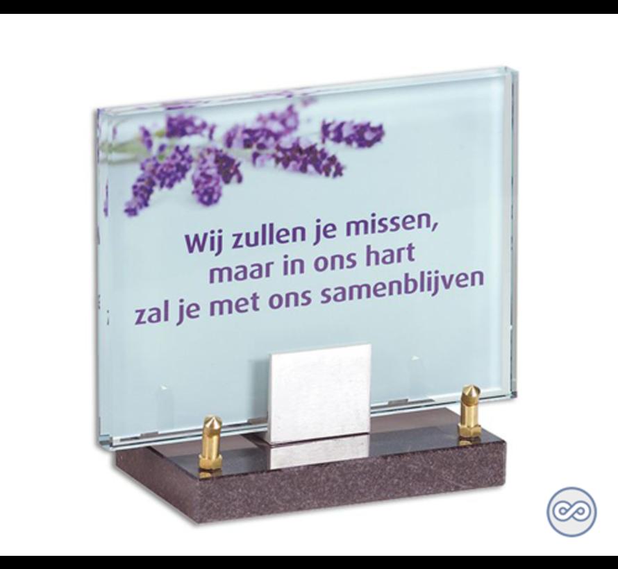 Glasmonument met lavendel en paarse tekst