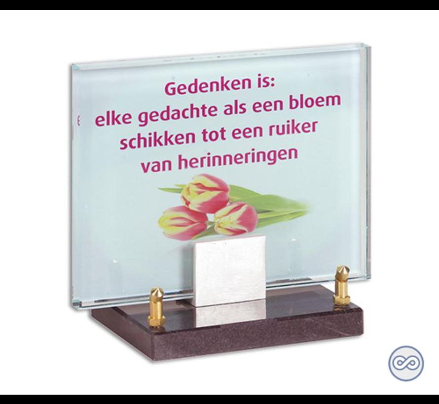 Glazen monument met roze tekst en bloem