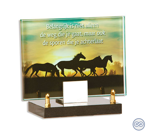 Glasmonument met paarden