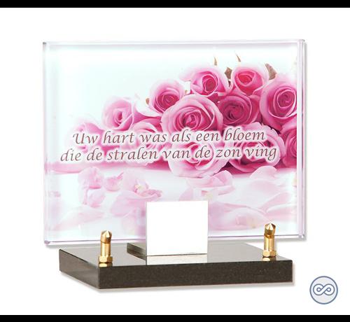 Roze glazen monument met bloemen