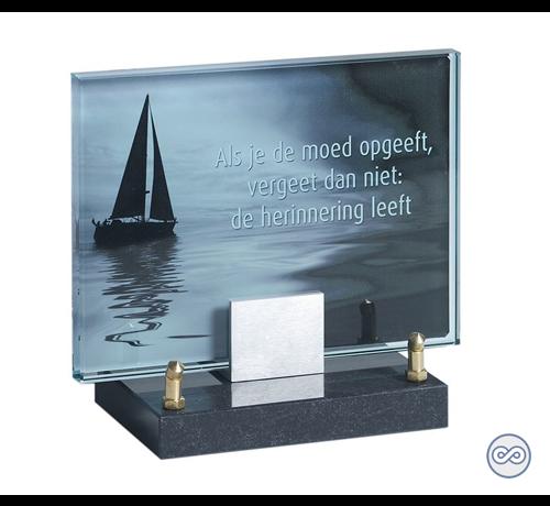 Grafmonument van glas zeilboot