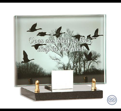 Glazen grafmonument met vogels