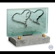 Glazen monument hart in het zand