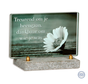 Donkergroen glasmonument met bloem