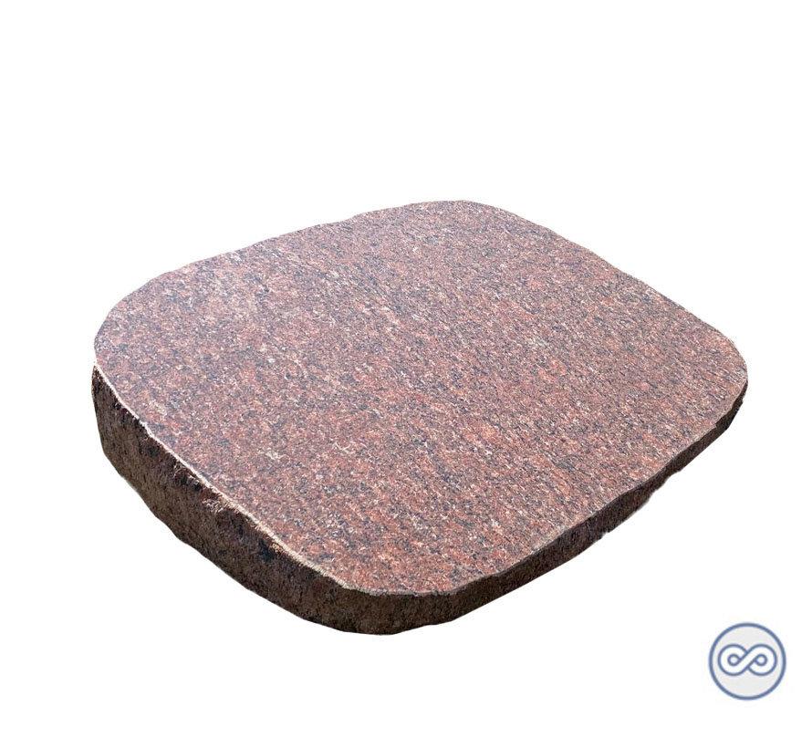Rode granieten zerk met ruwe zijkant