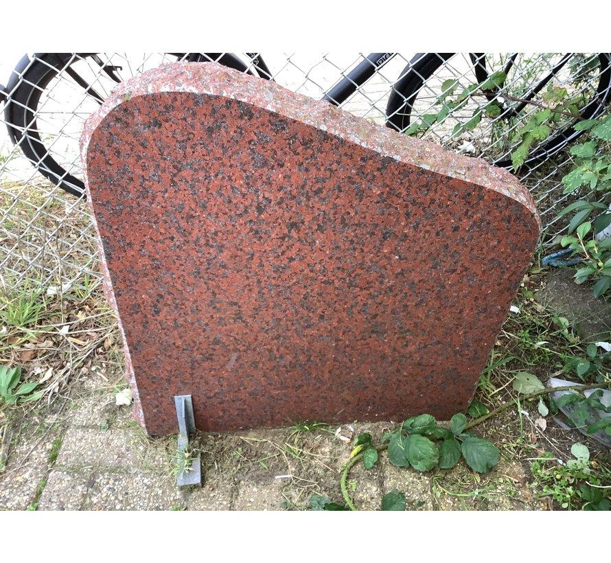 Rode staande steen met ruwe zijkanten