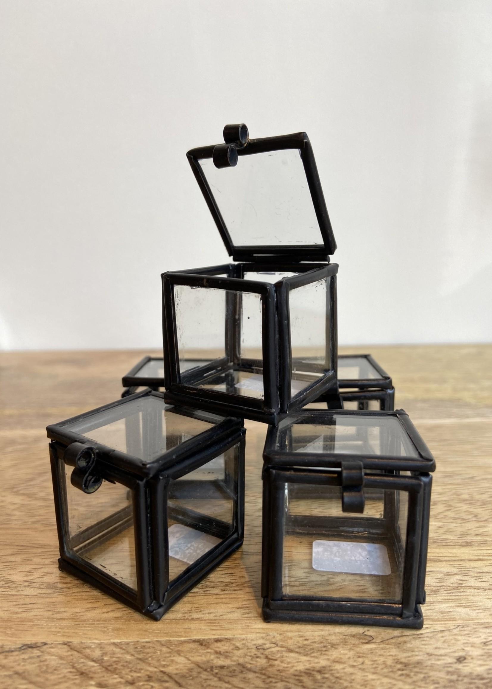 Madam Stoltz Mini doosje glas 3.5x3.5x3.5 cm ZWART