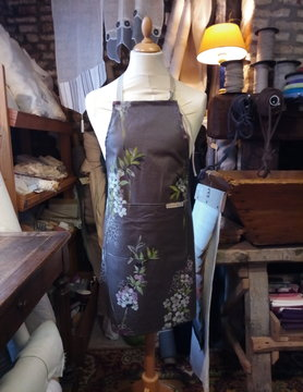 Le grenier du lin coated linen apron printed with flowers