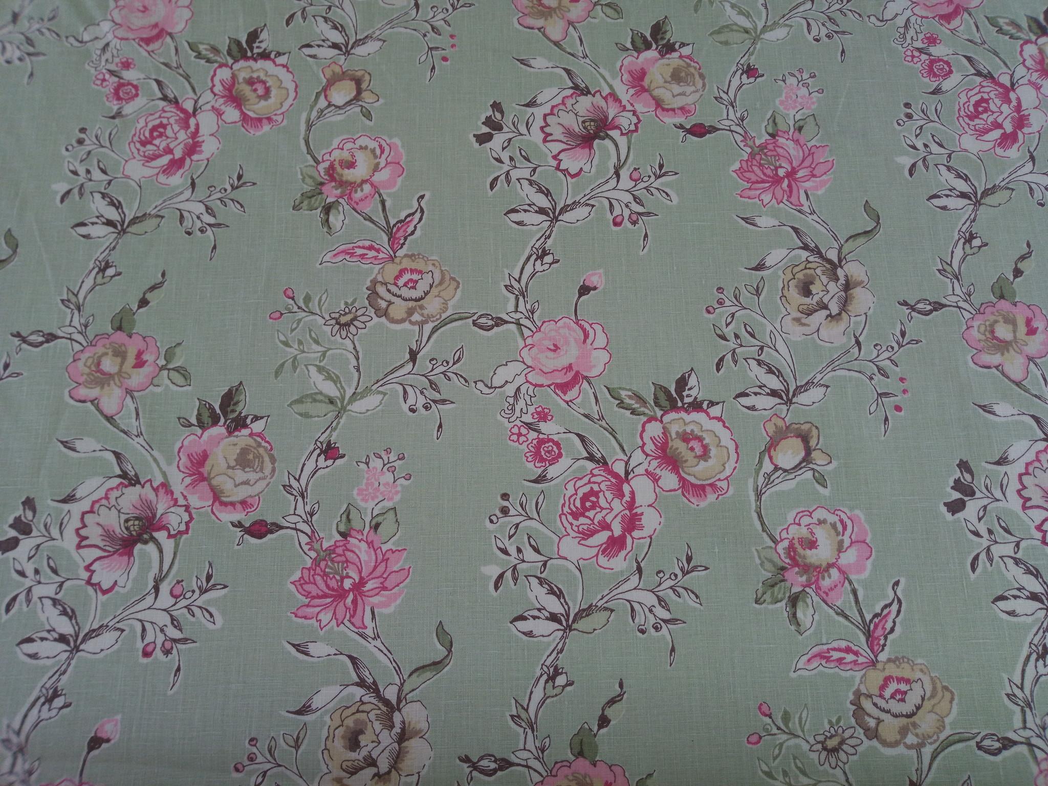 """Tissu """" fleuri rose sur fond vert """""""