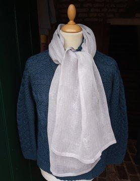 Grijze sjaal met kleine bloemetjes