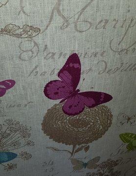 tissu papillons colorés sur fond blanc