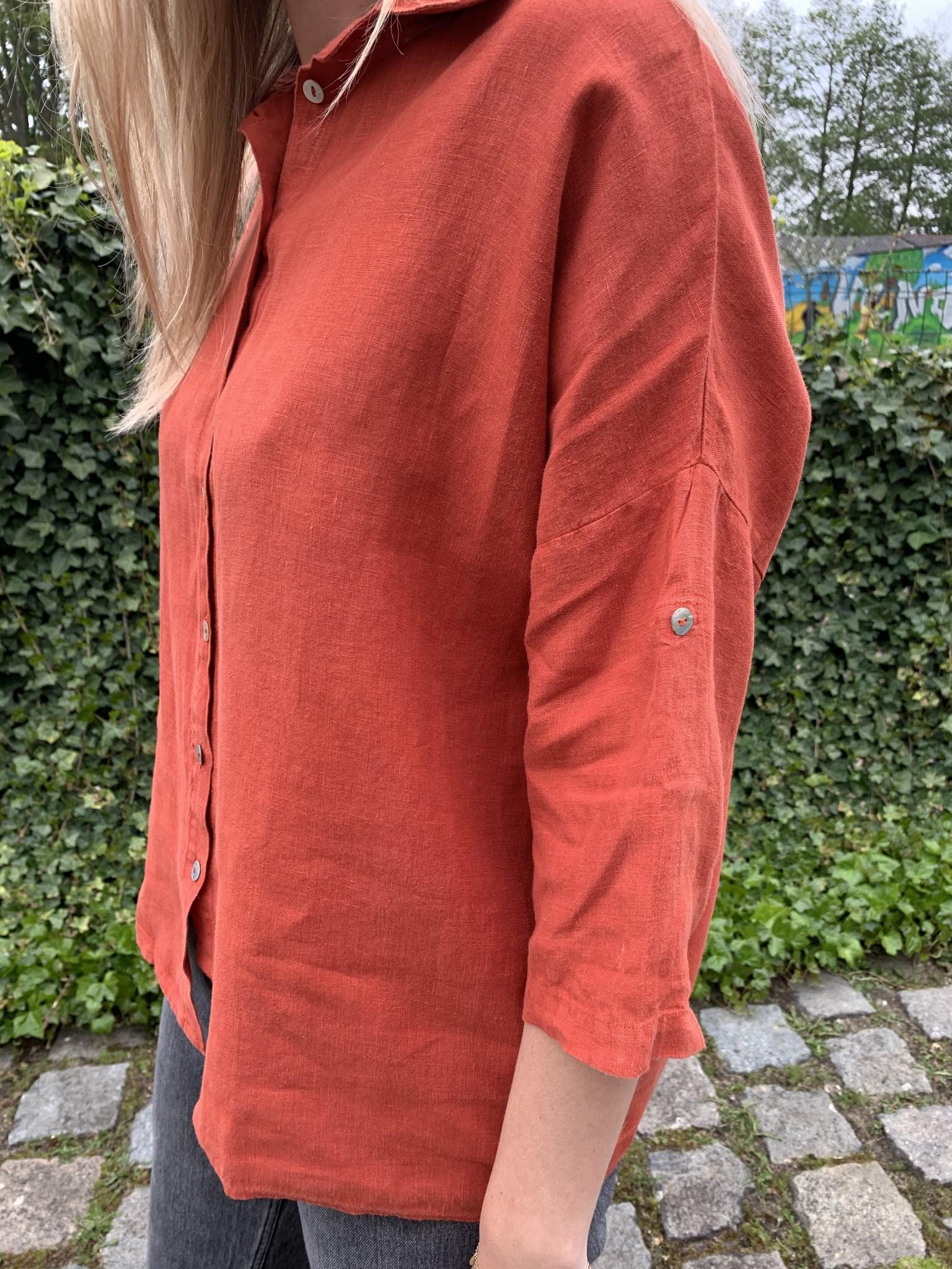 grote blouse van rood linnen
