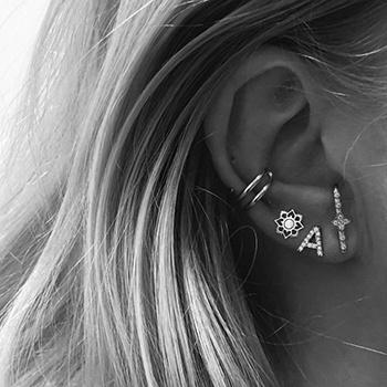 enkele oorbellen dragen