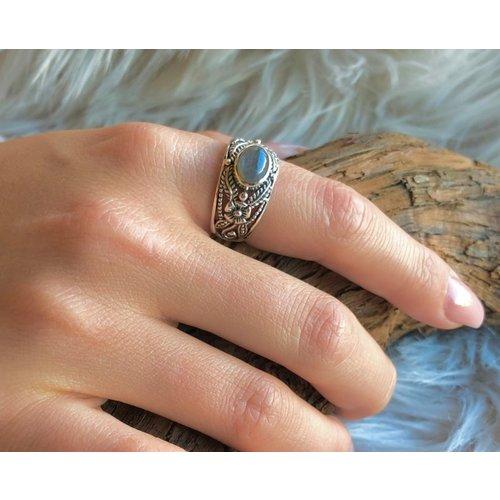 Bewerkte Bali style zilveren ring Labradoriet