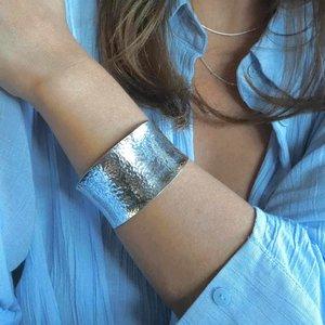 Zilveren hammered brede armband