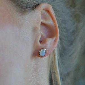 Zilveren oorknopjes regenboog Maansteen
