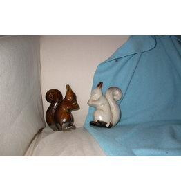 plateel Eekhoorns een bruine en een witte
