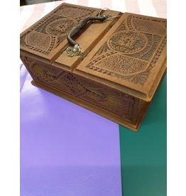 Fries kerfsnede doos kistje met twee kleppen bronzenhandvat