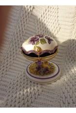 Ganzenei doosje voor ringen beschilderd met viooltjes en  gevoerd met donkerpaars fluweel