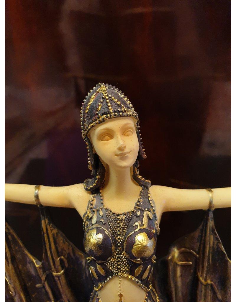 Erotische danseres  in prachtig gewaad voert zij haar act op. Naar Demetre Chiparus