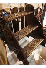 Museaal trapje van kerfsnede om in de bedstee te komen