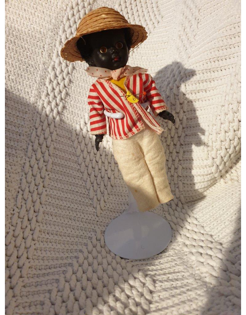 Prachtige zwarte pop mannetje slaapogen gekleed als huisbediende