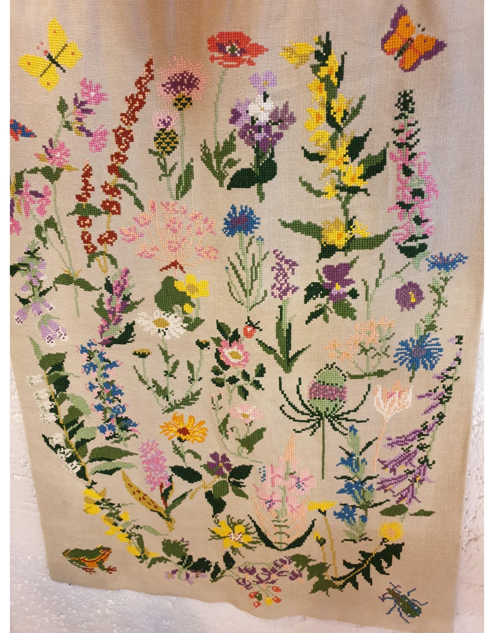 Borduurwerk op linnen van kruiden en planten