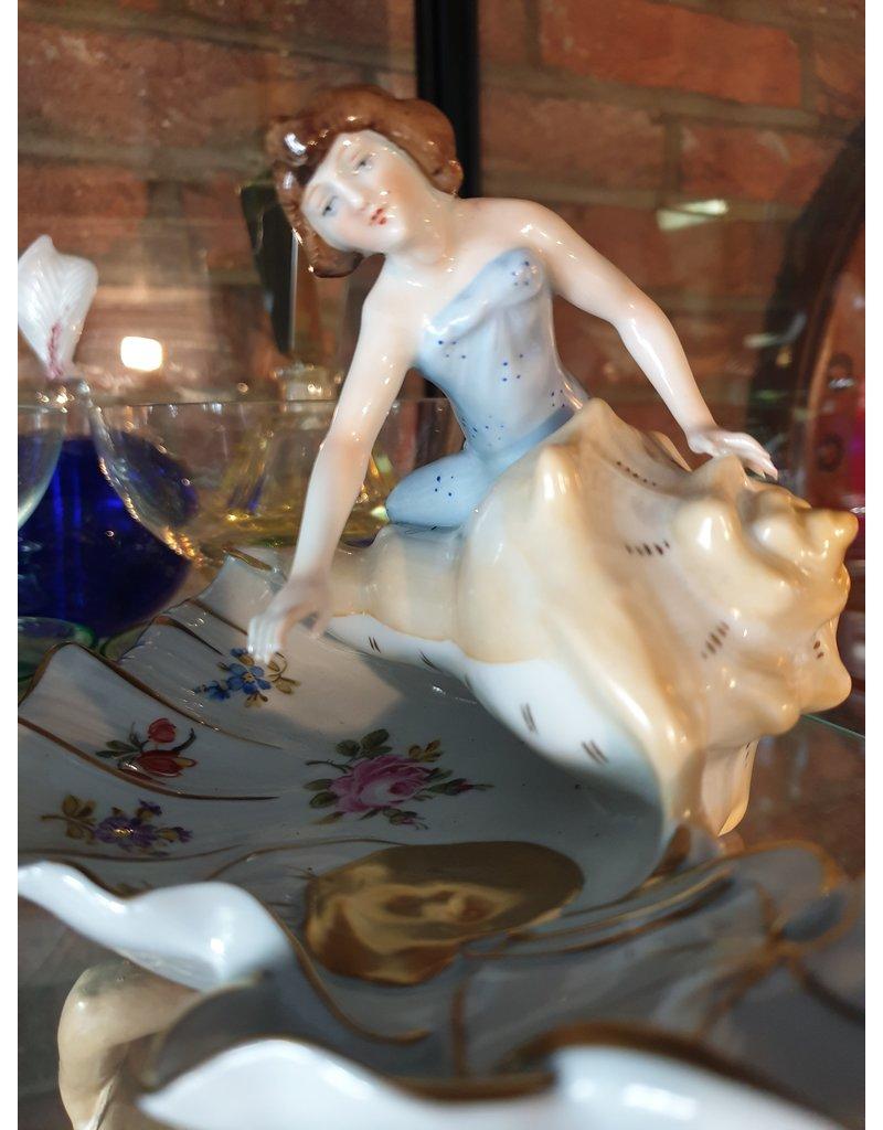 Ringenbakje art nouveau met dame en vijver