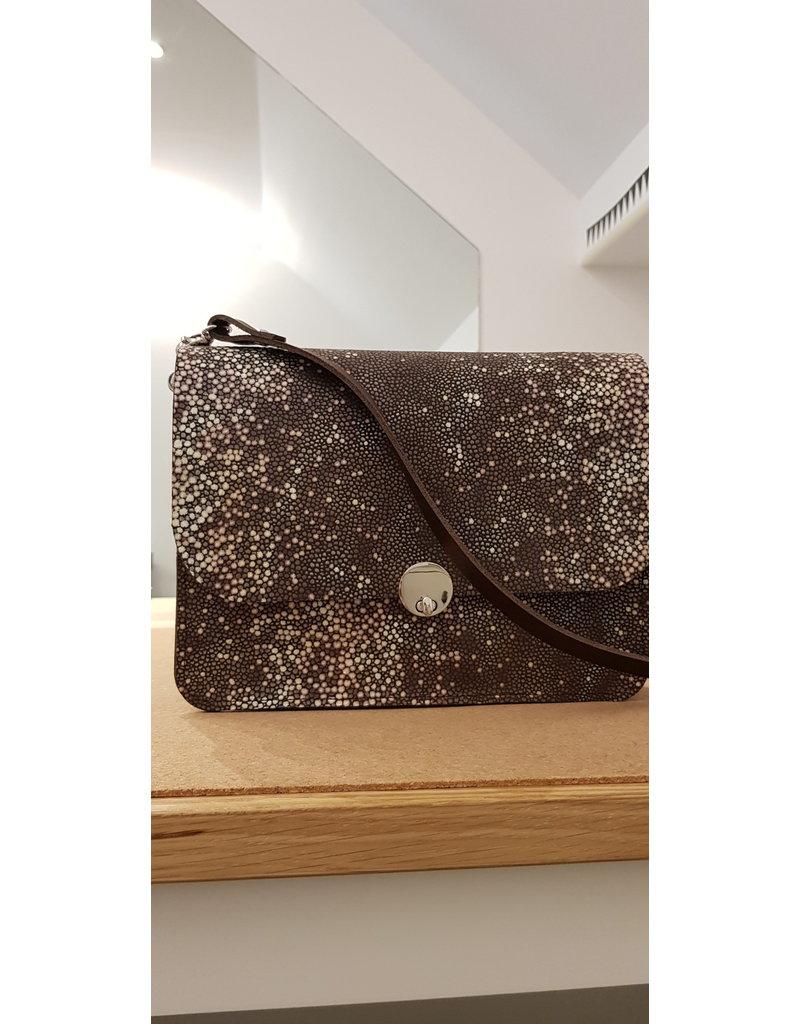 Maison Delclef 'Domino' Bruine tas in tuigleder met roggeprint