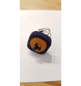 La Petite Rooze Gehaakte ring donkerblauw en oranje