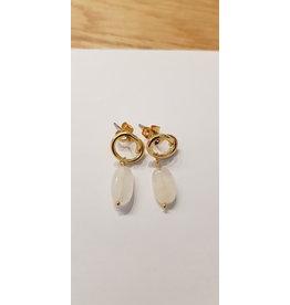 La Petite Rooze Oorsteker goud met wit hangend steentje