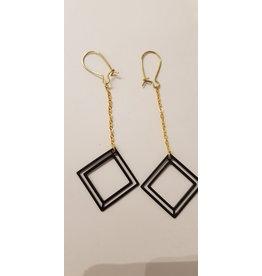 Maison Delclef Oorhanger goud met ketting en dubbel zwart vierkant