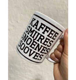 Urban Merch Mok 'Kaffee smijres snoenes sooves'